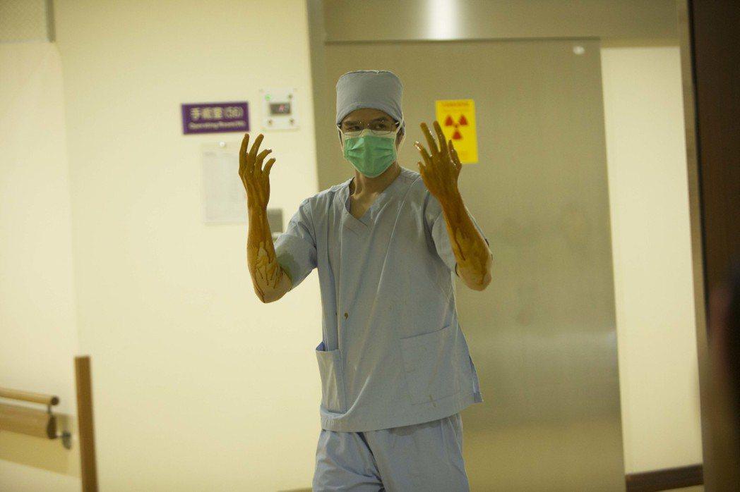 隆宸翰回憶「麻醉風暴2」中的手術戲都相當寫實。圖/公視提供