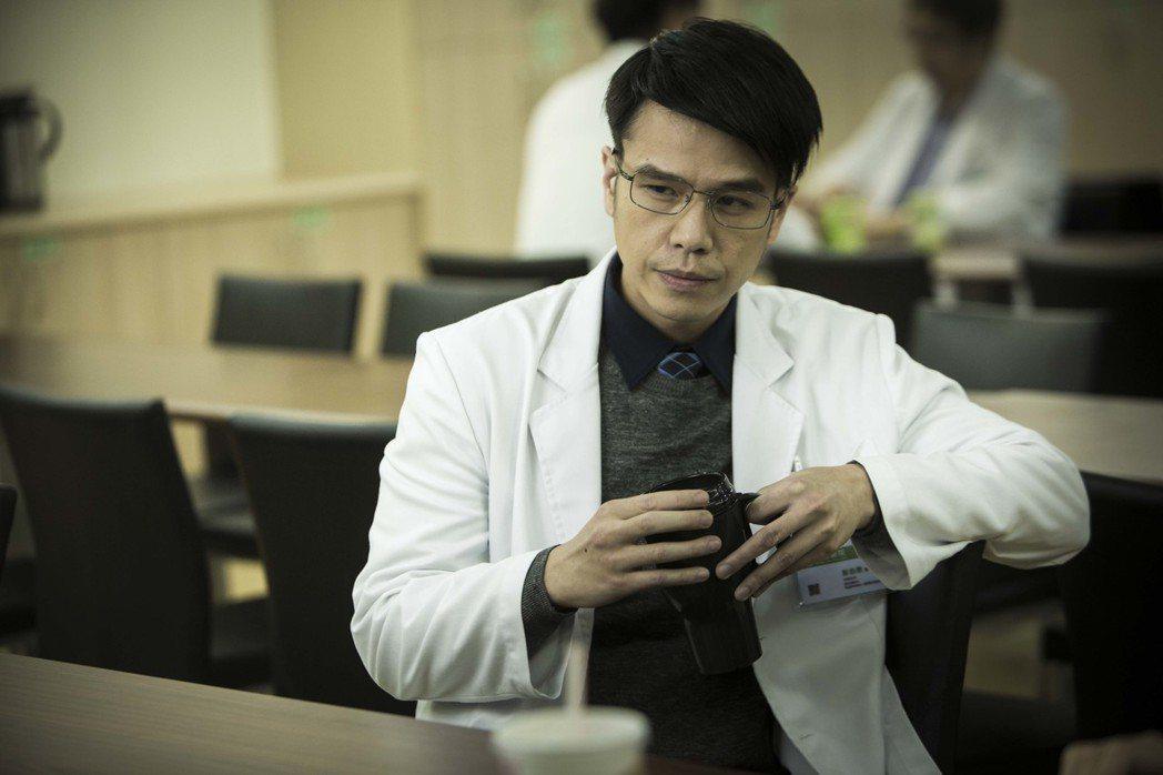 隆宸翰在「麻醉風暴2」中飾演完美主義的神經外科醫師彭伯恩。圖/公視提供