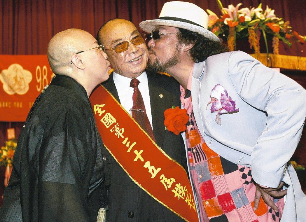 張舞曦2009年(中)接受模範父親表揚,張菲(右)、恆述法師(左)獻吻祝賀。圖/...