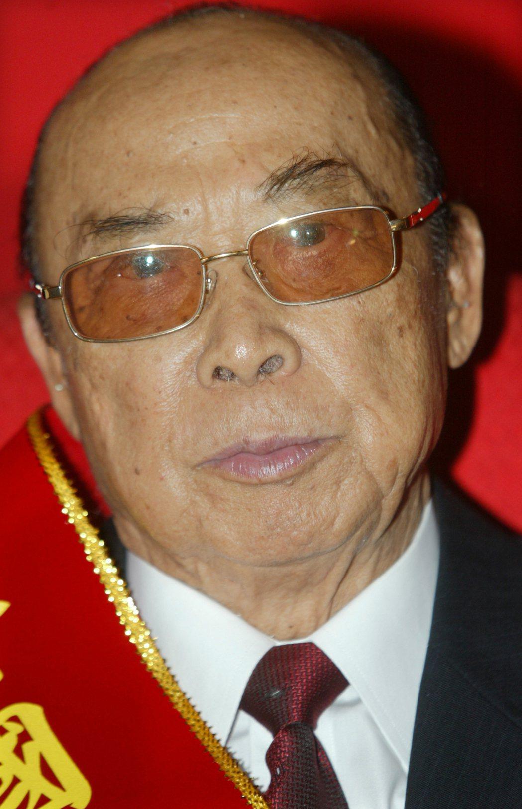 藝人張菲、費玉清的父親張舞曦2009年(圖)接受模範父親表揚。圖/聯合報系資料照