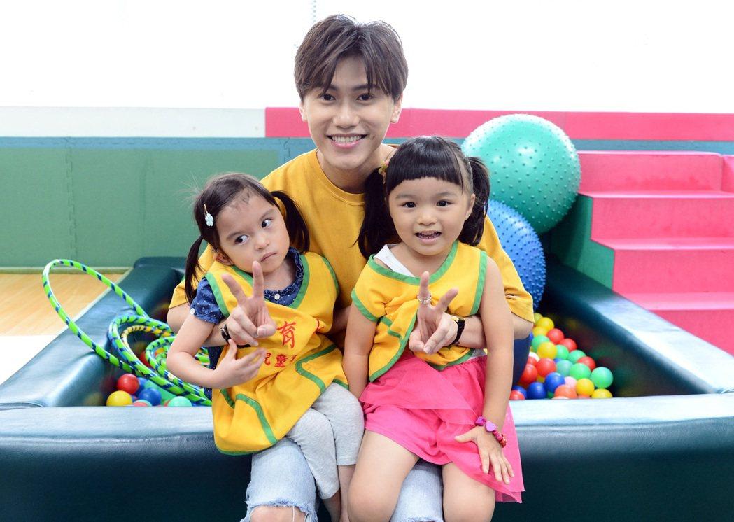 邱宇辰(中)和小朋友。圖/八大提供