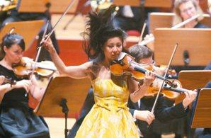 《英國皇家愛樂》管弦樂團表演昨晚在國家音樂廳舉行,小提琴家侯以嘉進行獨奏。 記者...