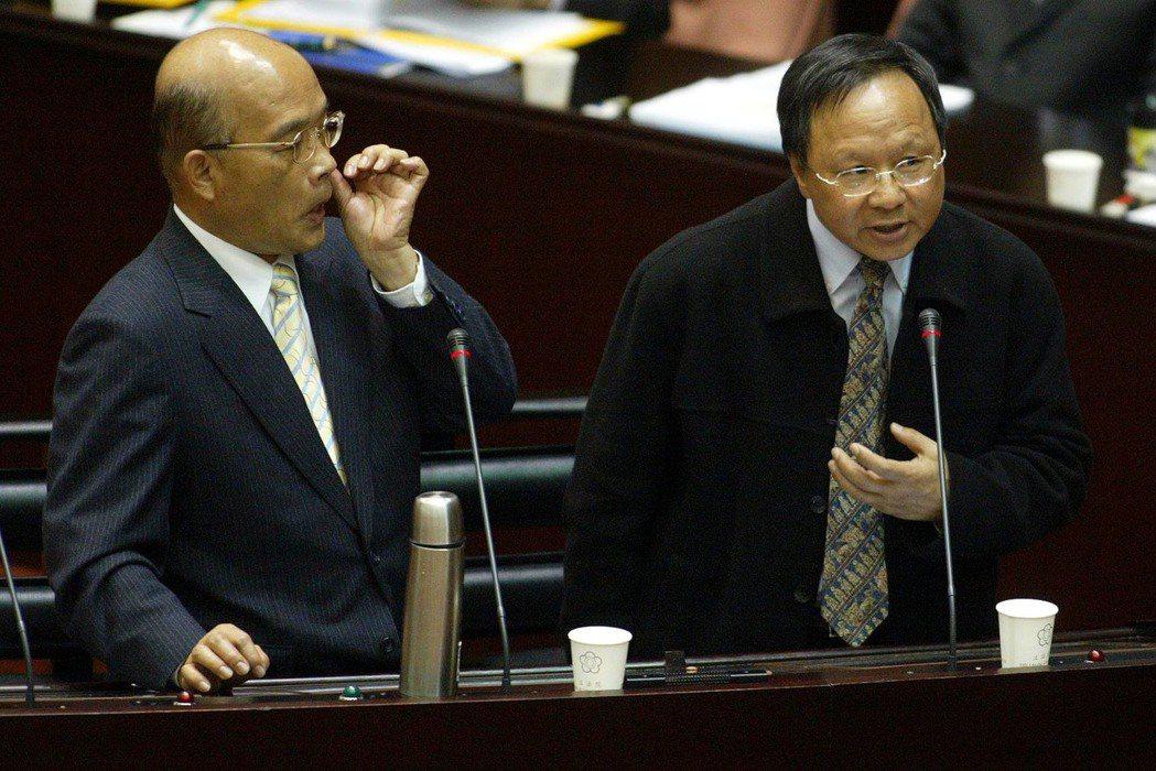 2007年時任行政院長的蘇貞昌(左),在立院總質詢中聽取教育部長杜正勝(右)就三...