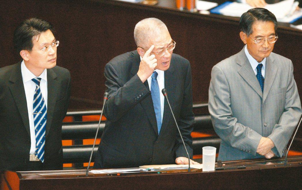 2009年時任行政院長的吳敦義(中)到立法院備詢,民進黨團三長王幸男、蔡同榮、葉...