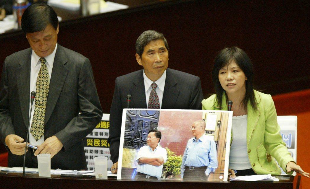 民進黨團三長蔡同榮(中)、王幸男(左)、葉宜津(右),2009年在立法院對行政院...