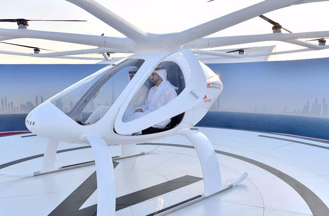 杜拜王儲哈姆丹(中)試乘空中計程車。 法新社