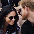放閃意義重大!梅根和哈利王子甜蜜牽手、咬耳朵