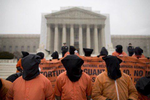 一向以民主法治自傲的美國,受恐懼所矇蔽,放棄立國的政治道德,不擇手段抓捕他們視為...