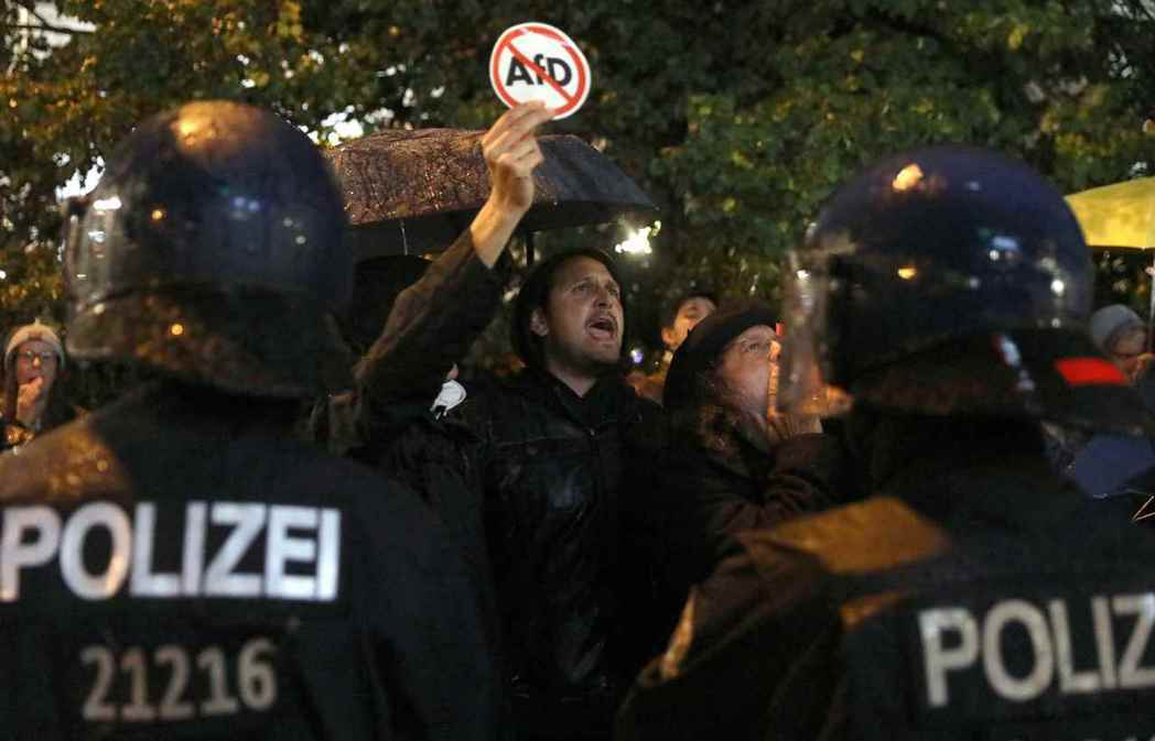 星期天開票後不久,柏林街頭湧進大批民眾,示威抗議AfD。 圖/路透社