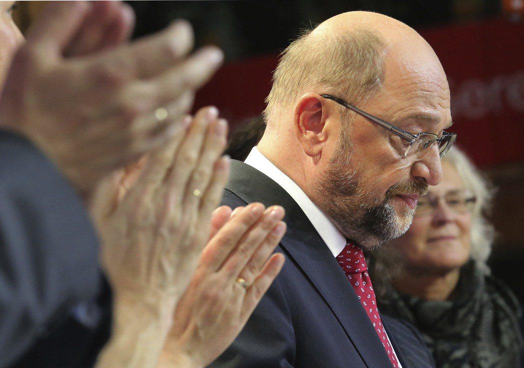 敗選後,黨魁舒爾茲宣布社民黨不會加入梅克爾的聯合政府,將在未來四年做好監督政府的...