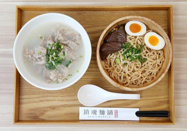 清燉牛肉湯+銷魂麵套餐,售價230元。 記者邱德祥
