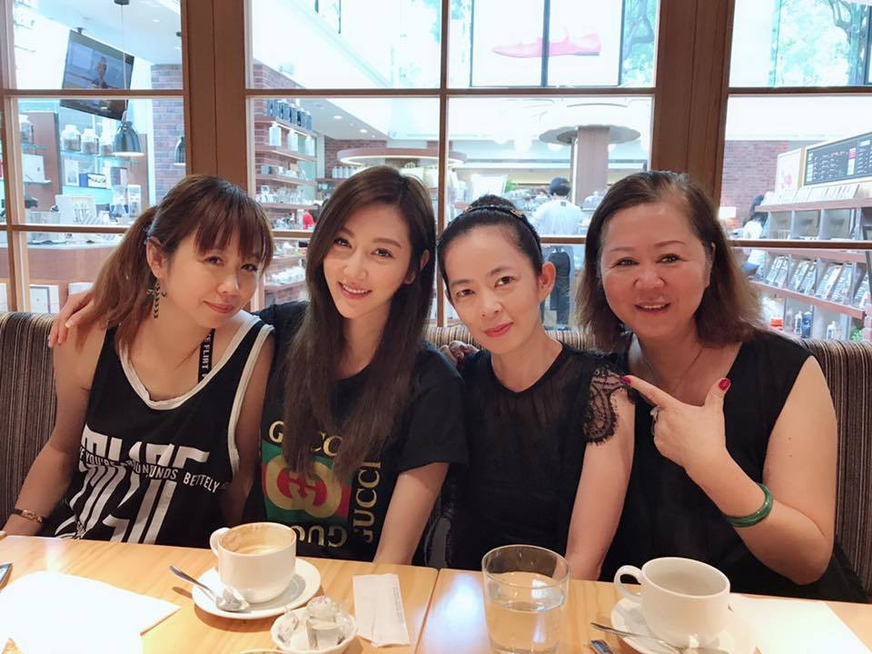 曾莞婷日前與家人一起合照,曝光家中「四朵花」的照片。 圖/擷自臉書。