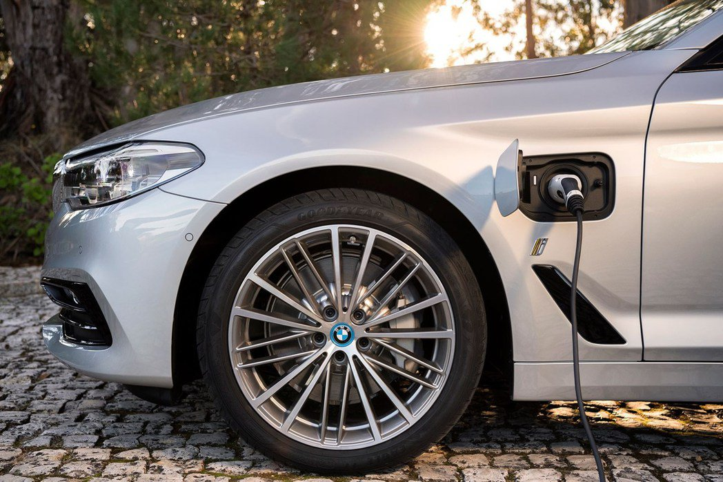 BMW 530e iPerformance 使用插電式油電混合技術。 摘自BMW