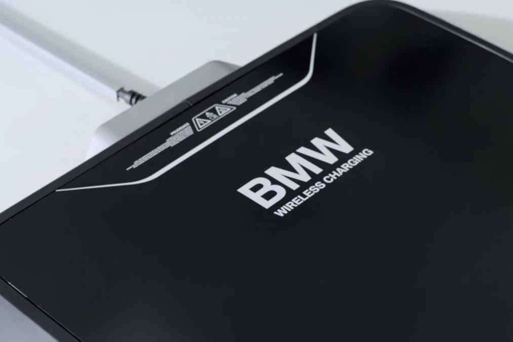 BMW的車用無線充電板。 摘自BMW
