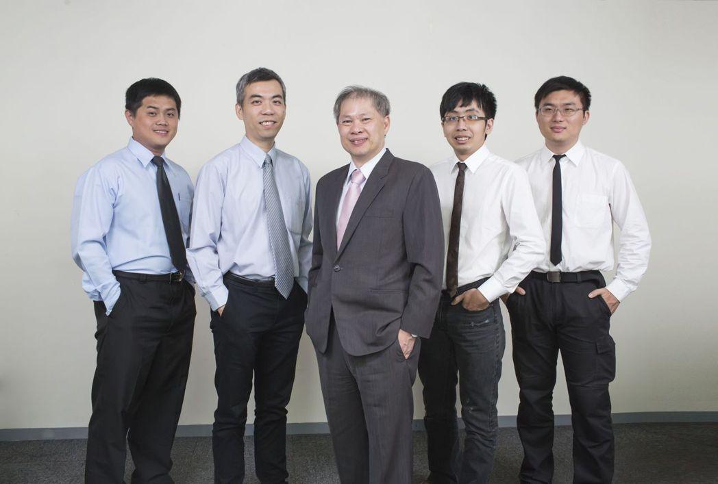 利友科技總經理王介山(中)與其專業技術團隊。 利友科技/提供