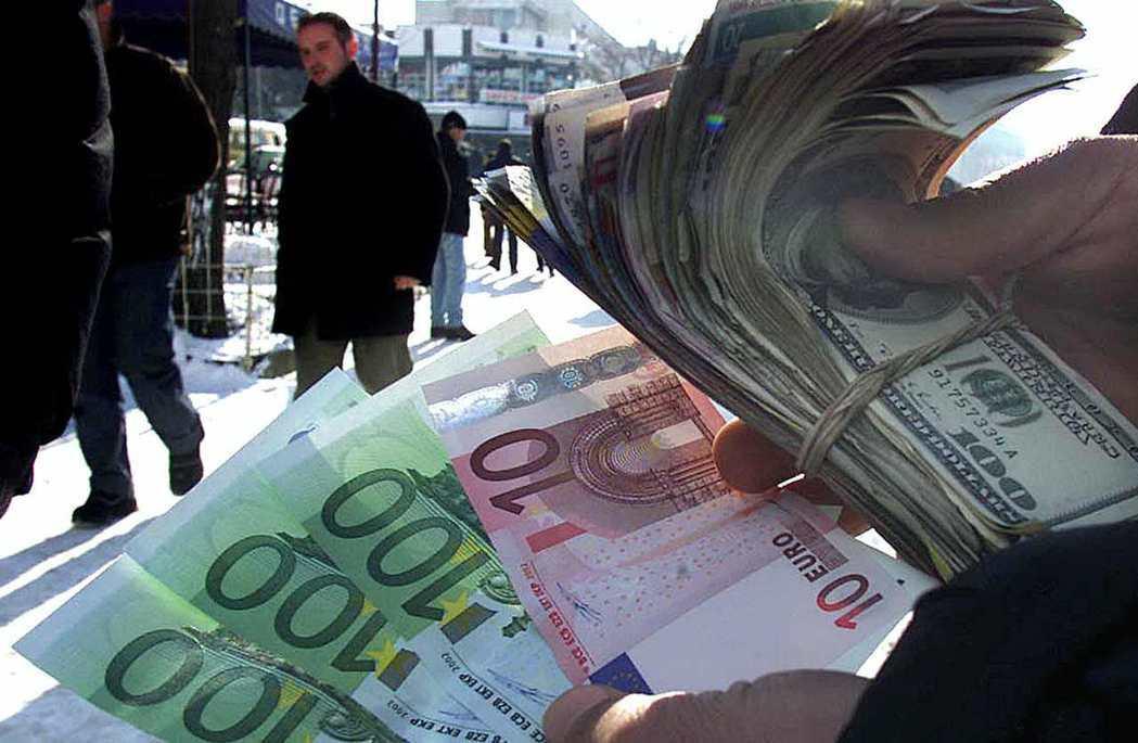 德國以前擁有強勢的貨幣馬克,但2002年後歐元(左)全面流通。 圖/路透社