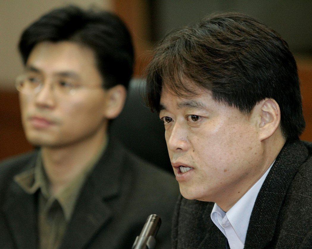 發黃禹錫幹細胞研究造假事件的崔承浩(右)。 圖/美聯社
