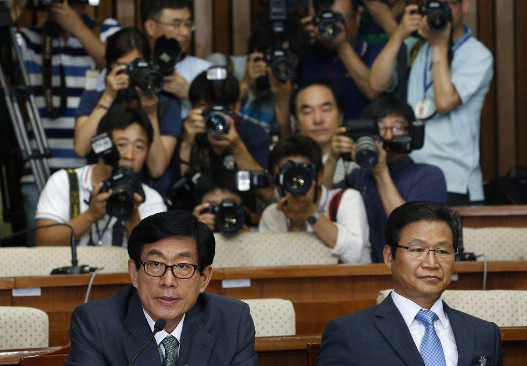 李明博任用的國情院長元世勛(左),也是一系列政治介入媒體輿論的著名黑手。 圖...