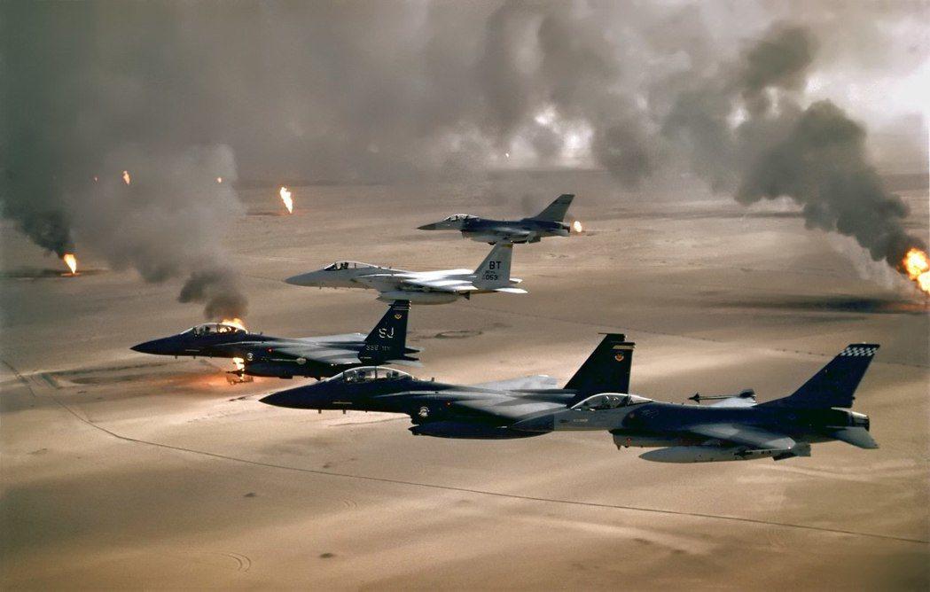 地緣政治學如何影響世界?圖為1991年第一次波灣戰爭的「沙漠風暴行動」,飛越科威...