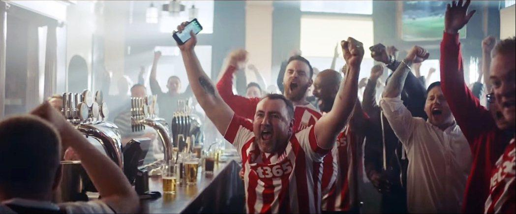 圖中的斯托克城球迷,不僅是球衣胸口放上了運彩贊助廣告,連自家球場也賣掉冠名權,成...