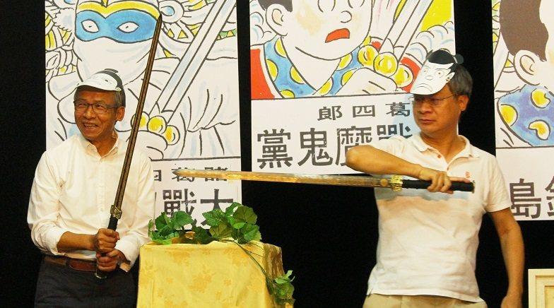 導演吳念真、作家小野手持寶劍,化身「諸葛四郎」與「真平」,追憶當年搶當「諸葛四郎...