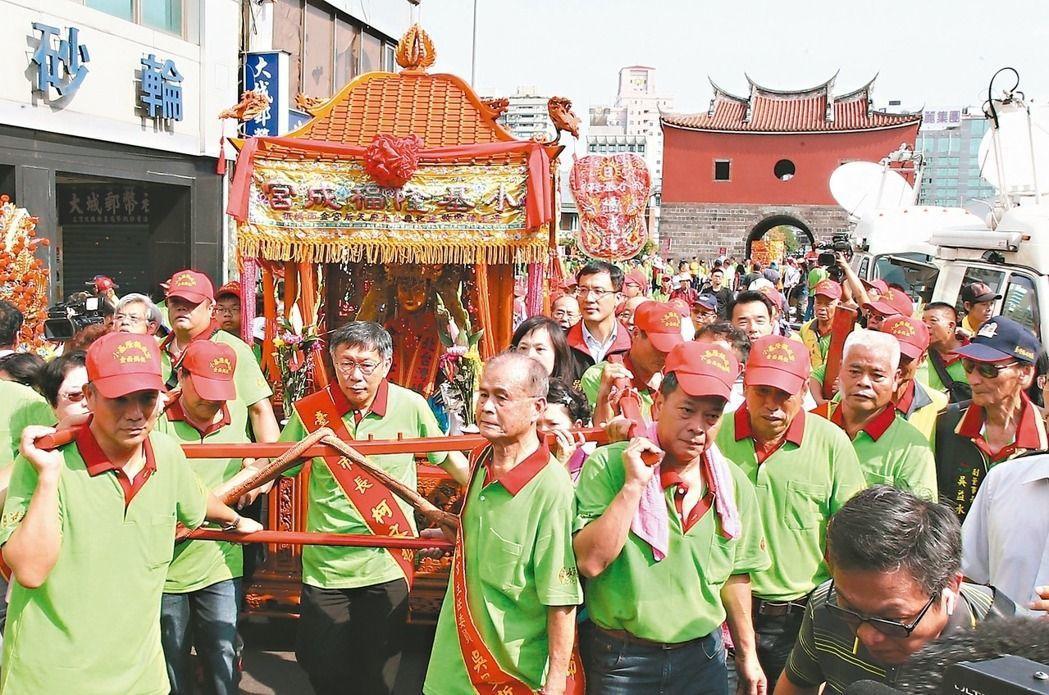 媽祖深獲台灣民間認同,連台北市長柯文哲(轎前中)都親自扶鑾。 聯合報系資料照