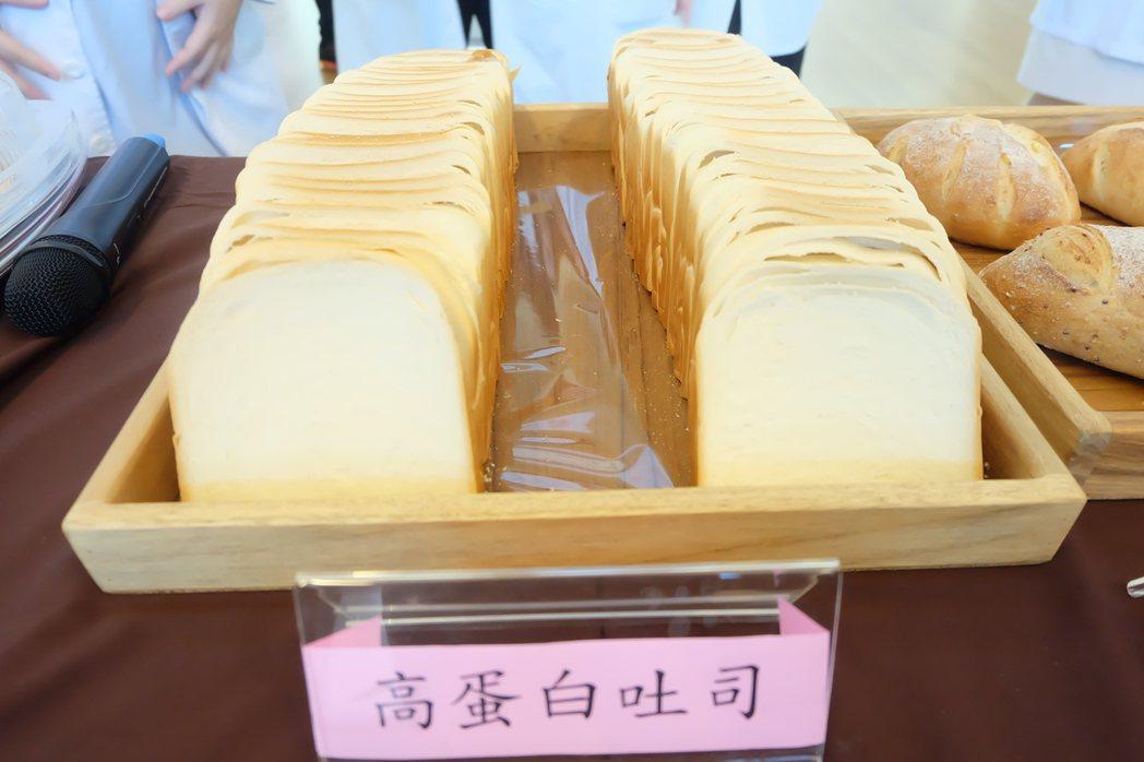 富含高蛋白的吐司是陽大醫院專為癌症和洗腎病患所設計的麵包。記者張芮瑜/攝影
