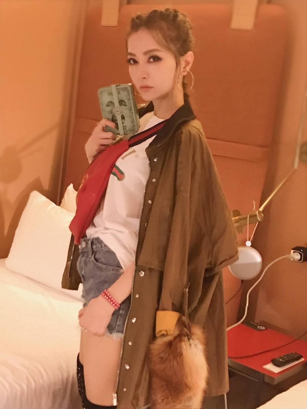 謝金燕前進米蘭時裝周,臉變了一個人。 圖/擷自VOGUE Taiwan臉書