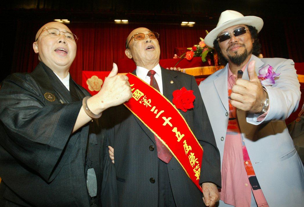 張舞曦(中)2009年接受模範父親表揚,兒子張菲(右)、女兒恆述法師(左)陪同出...