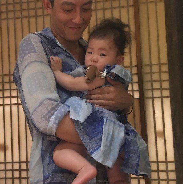 陳冠希日前抱著女兒亮相。圖/摘自IG