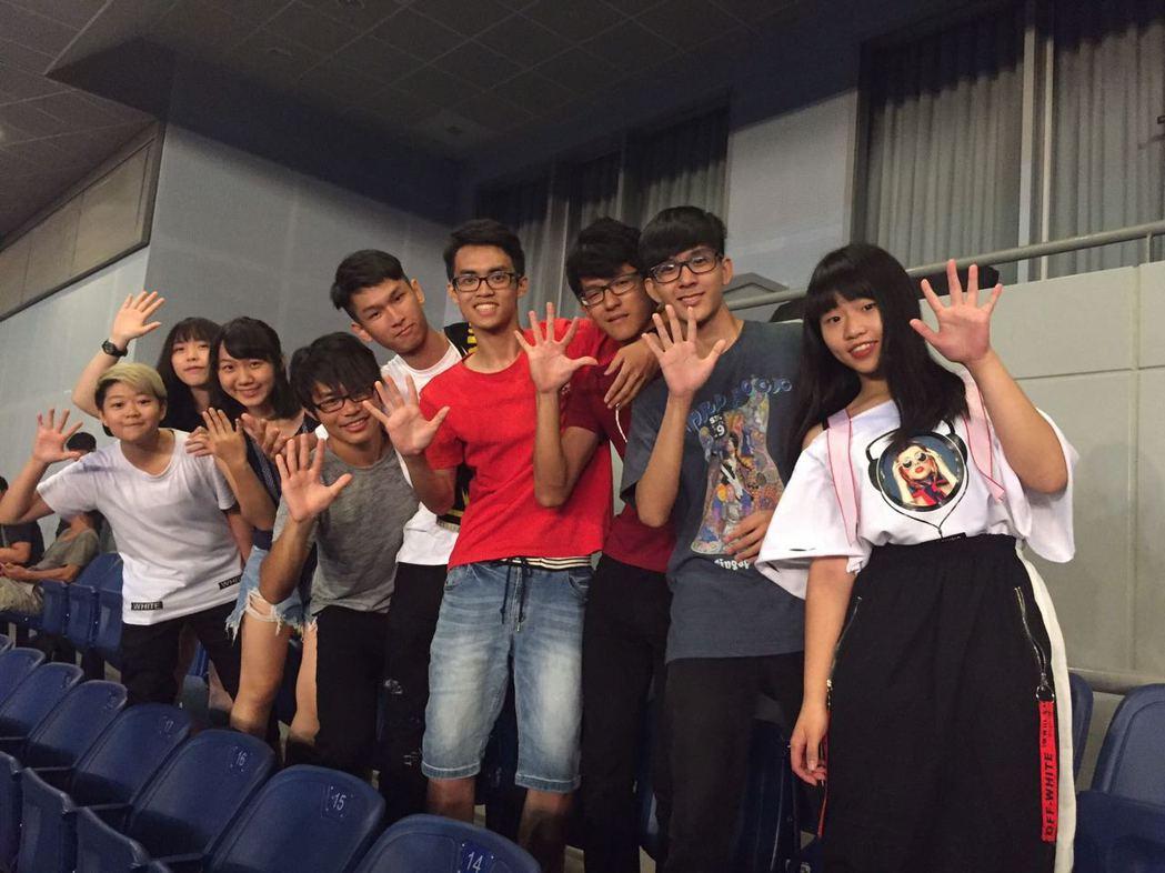 H.O.T.參賽學生一同前往伍佰高雄演唱會朝聖。圖/環球提供