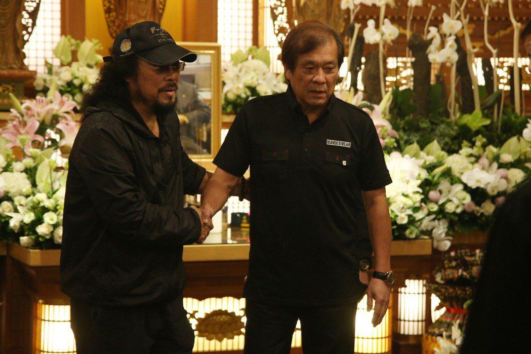 華視總經理郭建宏(右)到張菲父親靈堂致意。記者陳瑞源/攝影