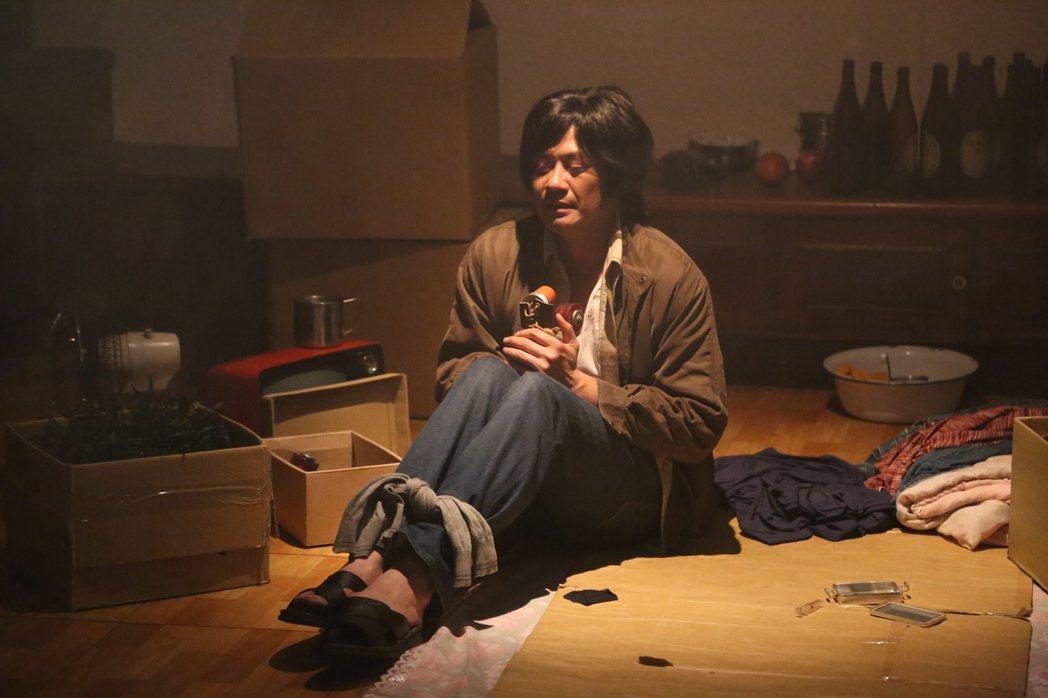 柯叔元在「外鄉女-黑美人」戲中,演出一名不得志的小人物。圖/民視提供