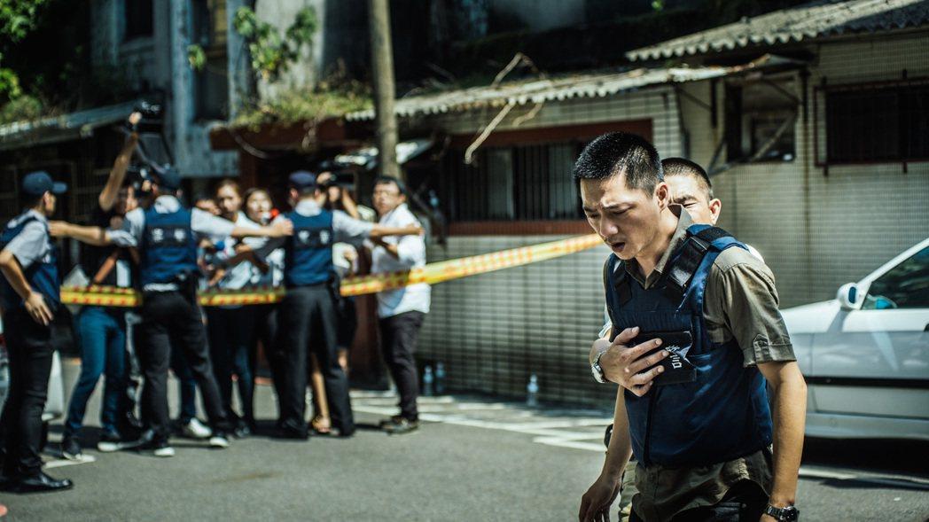 藍葦華演出「鴿籠」中的刑警,執行勤務搶績效之餘卻無法兼顧家庭。圖/公視提供