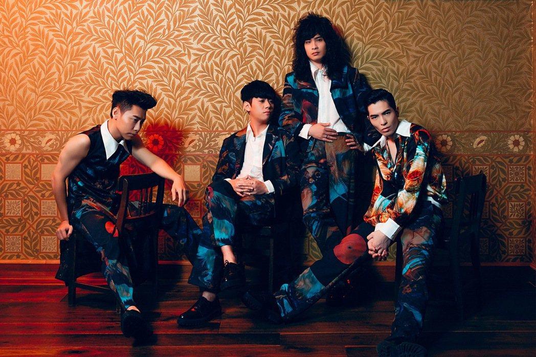 獅子合唱團發新專輯,小強(左2)鎖骨骨折,拍攝時痛到冒冷汗。圖/華納提供