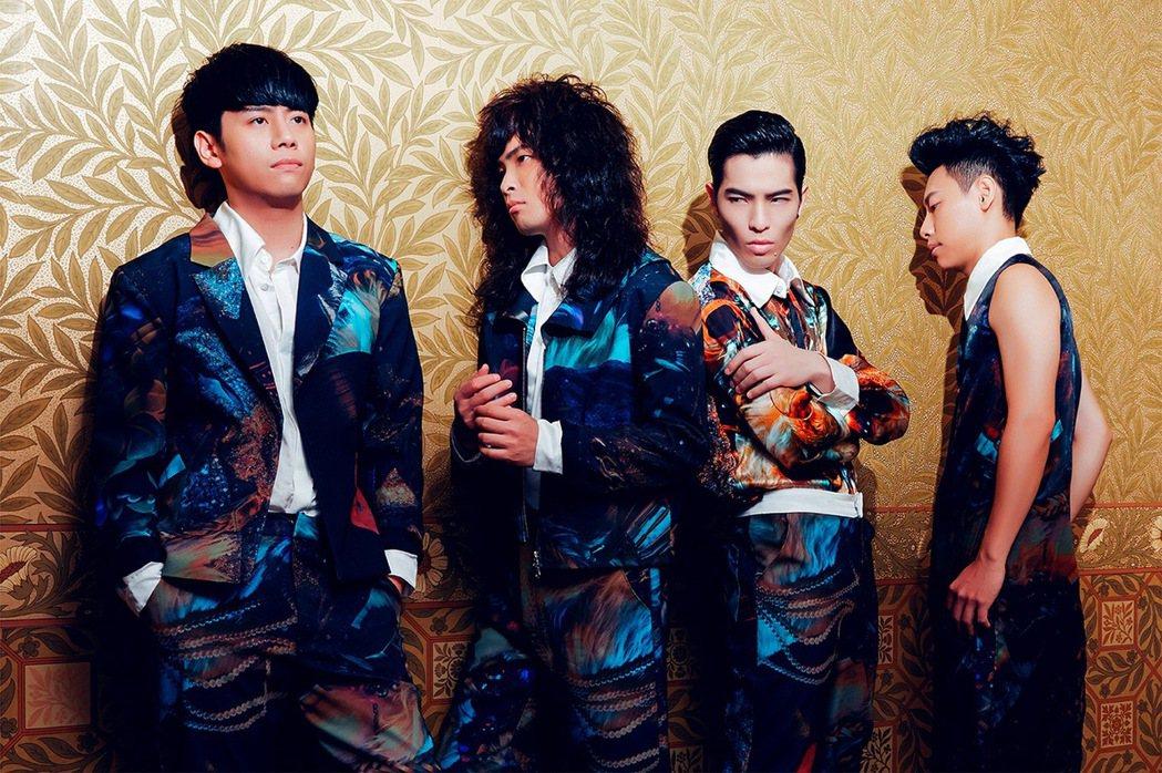 獅子合唱團發新專輯,小強(左1)鎖骨骨折,拍攝時痛到冒冷汗。圖/華納提供