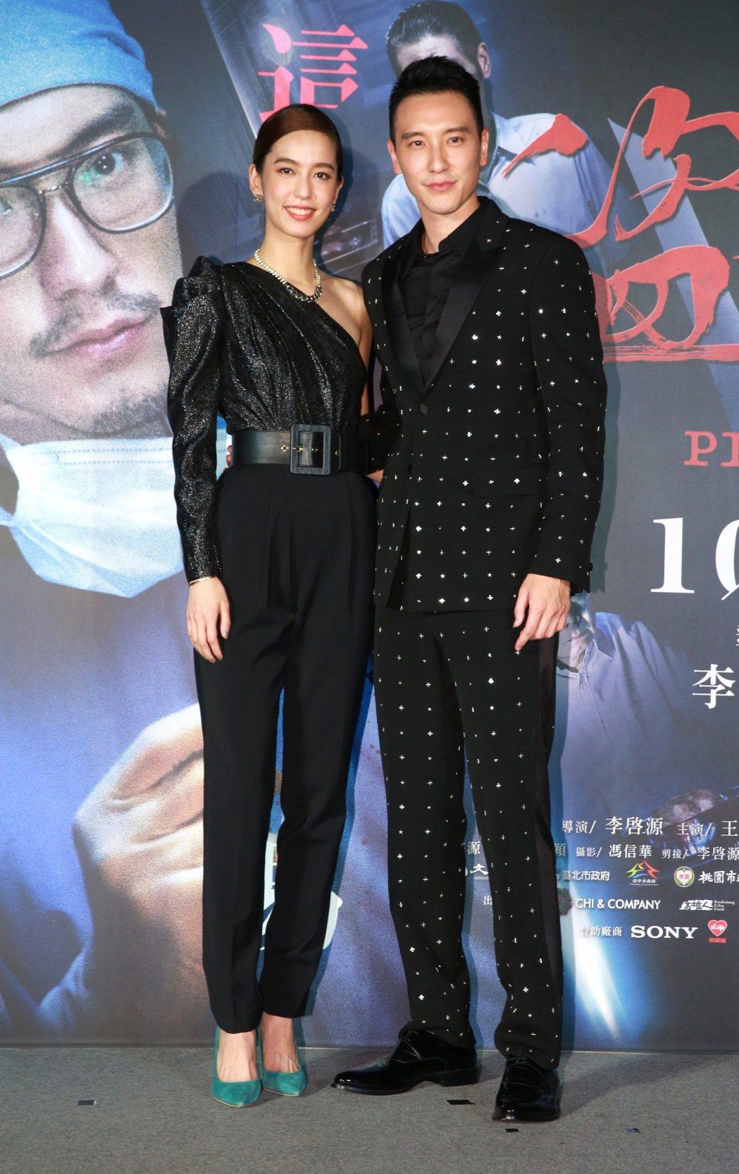 犯罪懸疑電影「盜命師」舉行台北首映會,男主角王陽明(右)、女主角陳庭妮(左四),