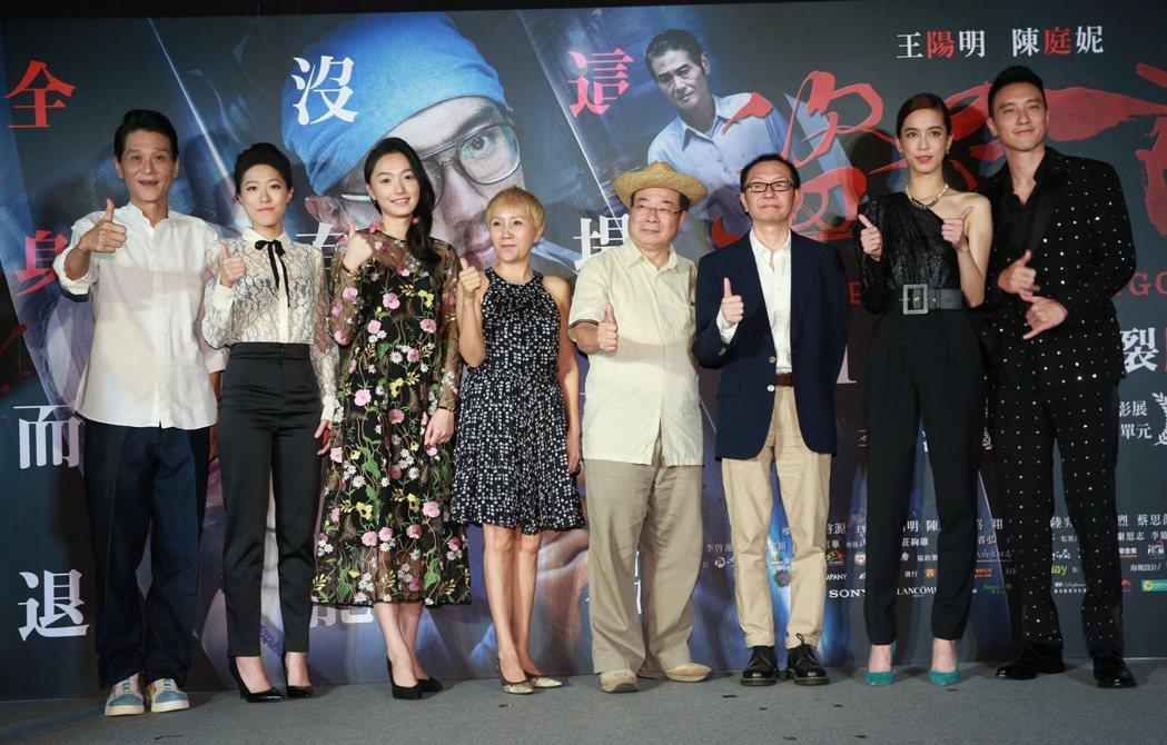 犯罪懸疑電影「盜命師」舉行台北首映會,導演李啓源(右三)、演員王陽明(右一)、陳...