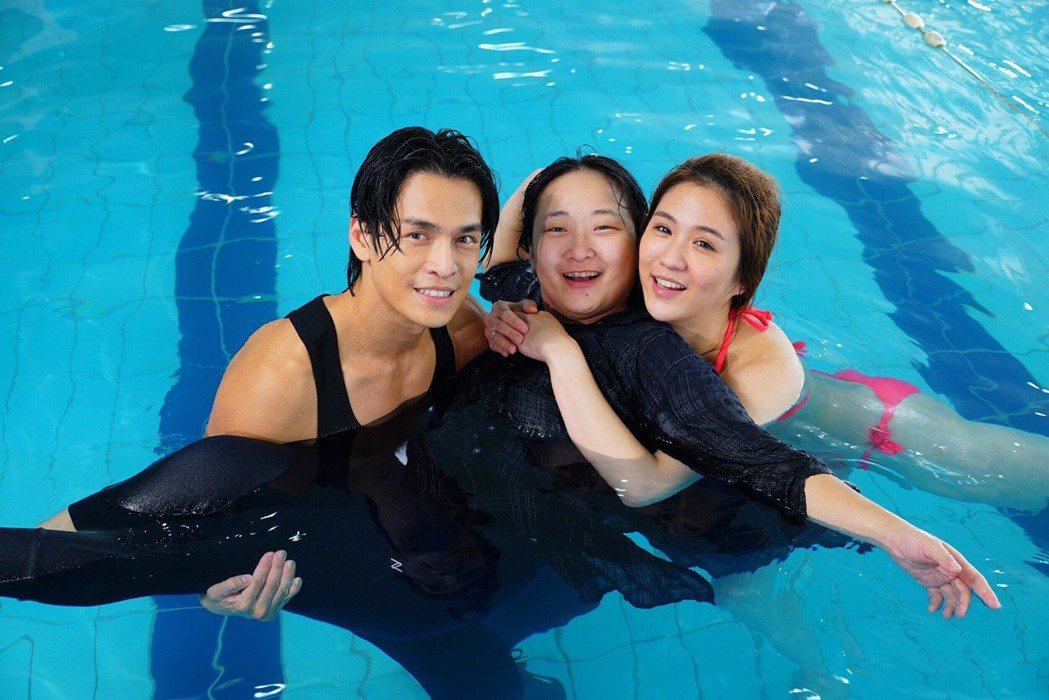 Gino(左起)、廖怡裬、潘映竹拍「實習醫師鬥格」落水戲。圖/民視提供