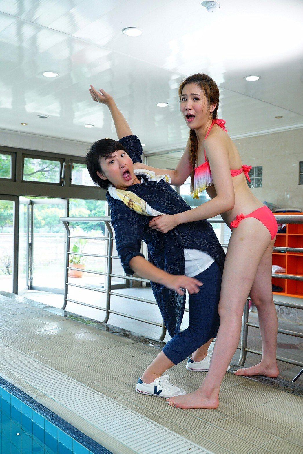 廖怡裬(左)、潘映竹拍「實習醫師鬥格」一場口角戲而落水。圖/民視提供