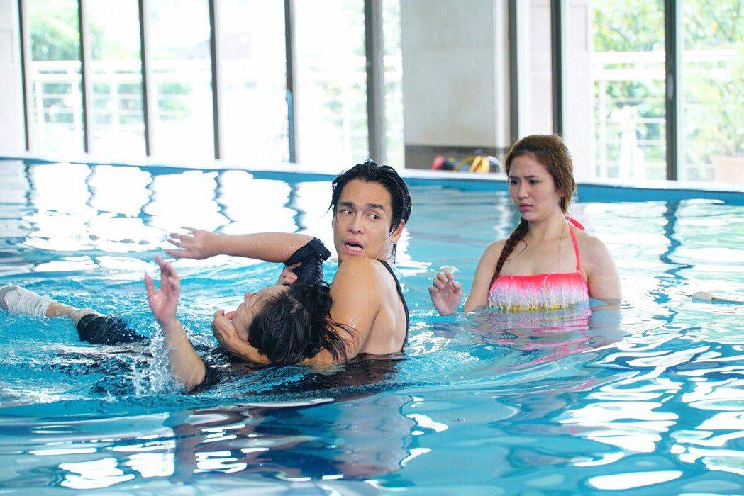 Gino(左起)、廖怡裬、潘映竹拍「實習醫師鬥格」落水戲救人。圖/民視提供