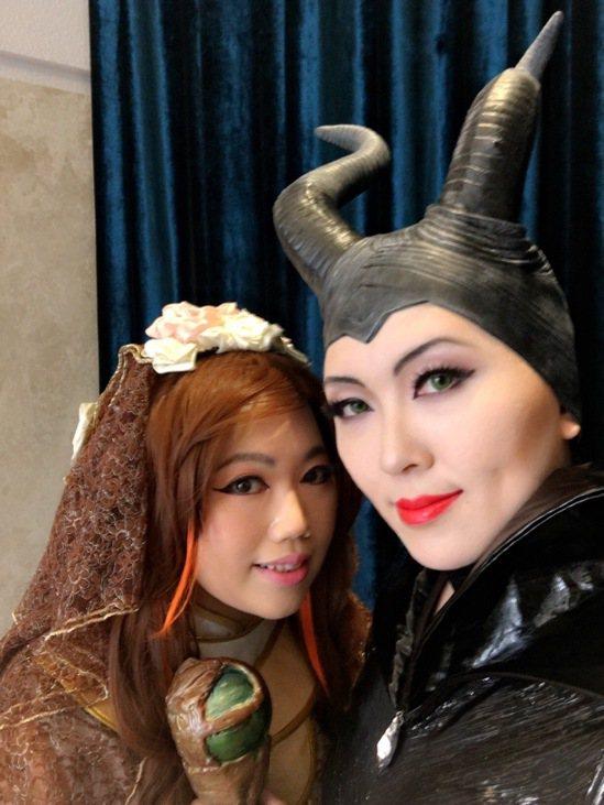 李美瑩(左)和吳昔娥分飾黑魔女和霹靂布袋戲的識玲瓏。 圖/李美瑩提供