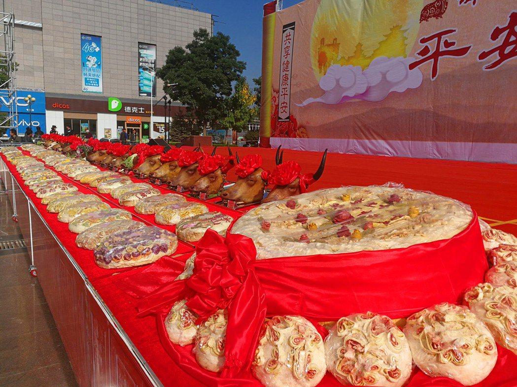 大陸青海平安上演一場傳統月餅牛頭盛宴。 中新社