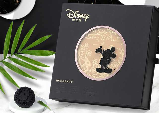 新潮別致的迪士尼/Disney 2017款快樂幻月黒皮中秋月餅。 圖/取自網...