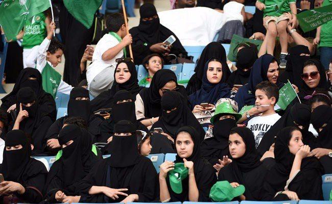法德國王體育館首次准許沙國婦女進場,圖為看台上的部分年輕女性拉開面紗。(沙國文化...