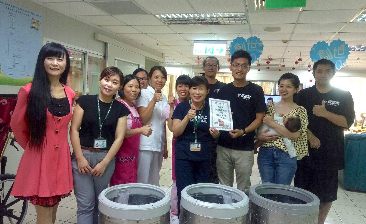 年僅28歲的陳品宏(前右3)現任愛麗潔洗衣機清潔家執行長,27日率領2名專業清洗...