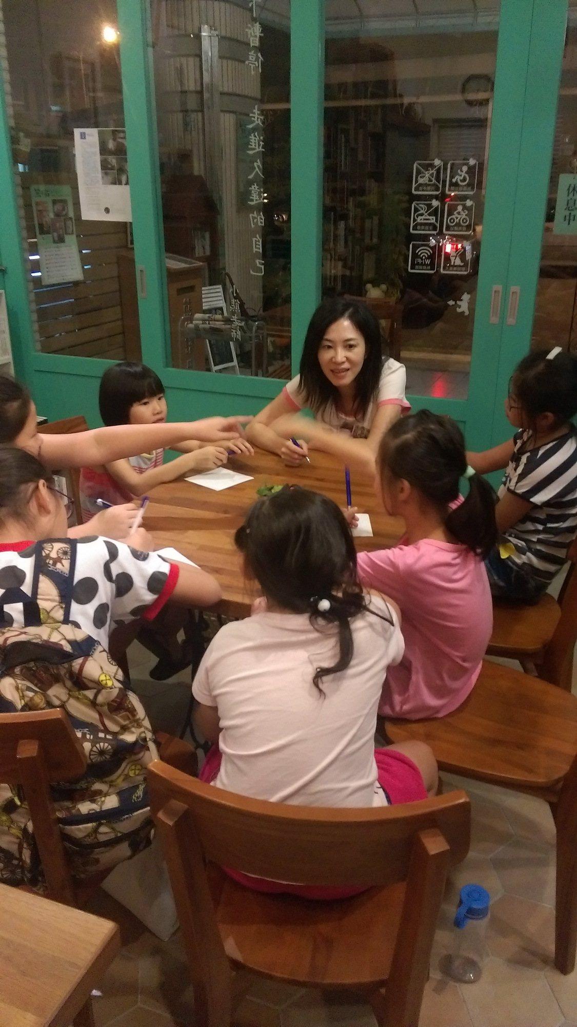舉辦社區寫作門診,服務蘭生街學童。 圖/熊與貓咖啡書房提供