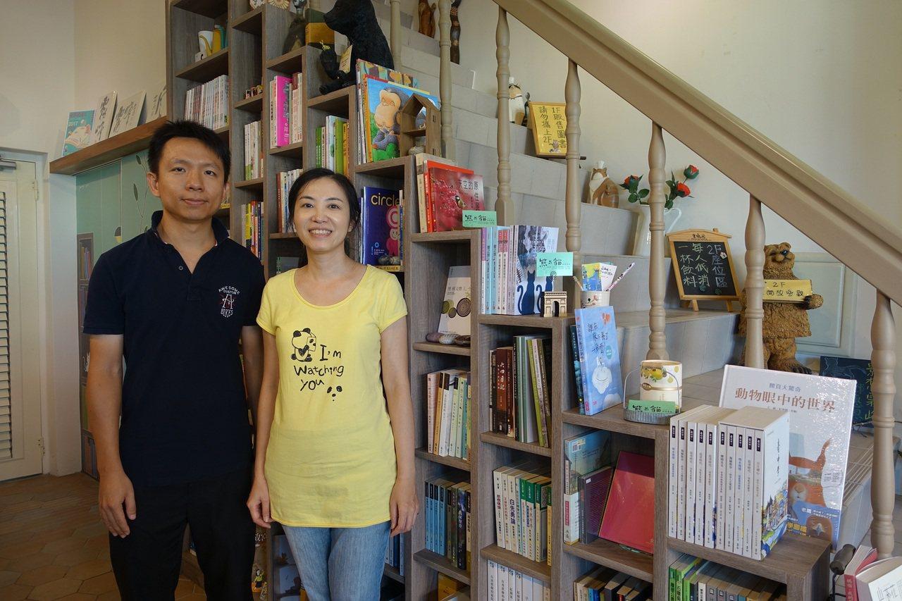 """韋瑋和林德俊攝於為書房量身訂做的""""步步高升""""書櫃前。 攝影/葉玉琴"""