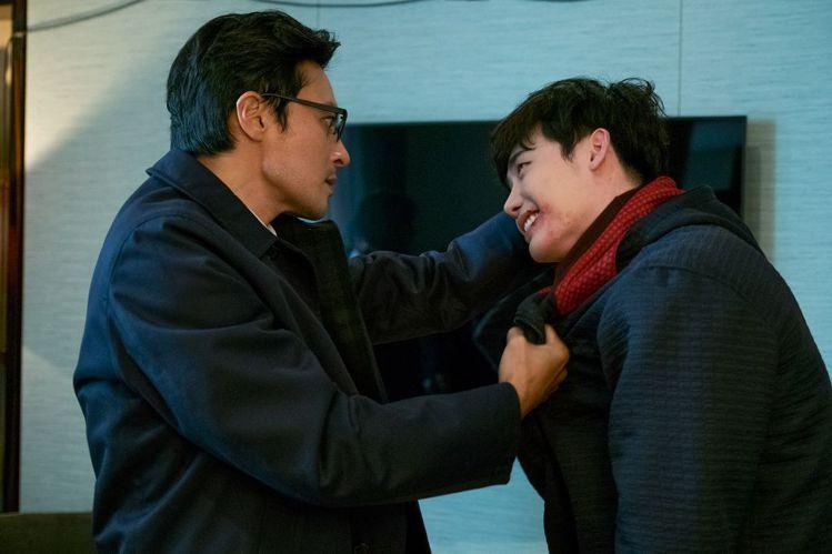 《V.I.P.》劇照,張東健追捕犯人李鍾碩。圖/車庫娛樂提供