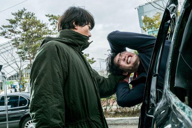 《V.I.P.》劇照,金明民追捕犯人李鍾碩。圖/車庫娛樂提供